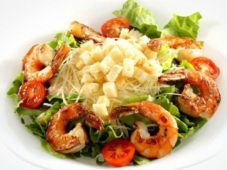 Салат цезарь с креветками классический